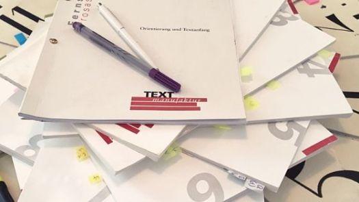 Ein Stapel mit Skripten der Textmanufaktur zum Fernstudium Prosaschreiben