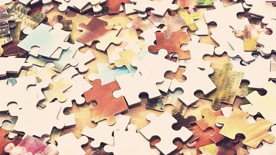 Ein Tisch voller Puzzleteile