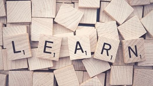 "Scrabble Holzteile bilden das Wort ""Learn"""
