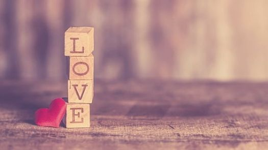 """Buchstaben-Wuerfel bilden das Wort """"Love"""""""