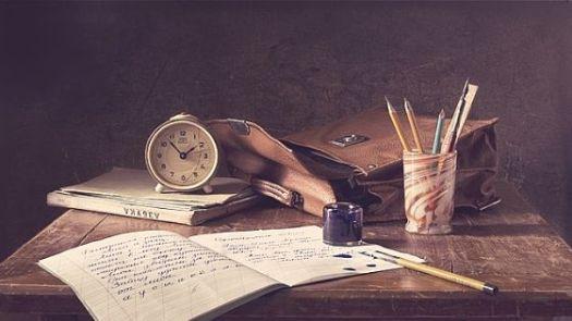 Schreibheft auf Schreibtisch
