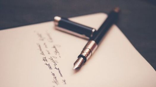 Blatt Papier und Füller