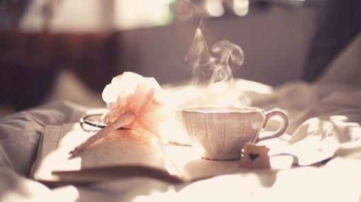 Schreibheft und Teetasse
