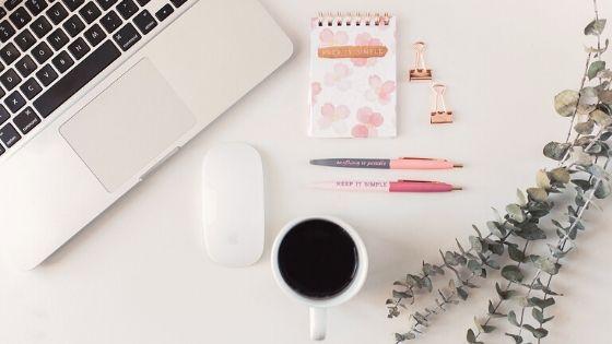 Laptop und Kaffee