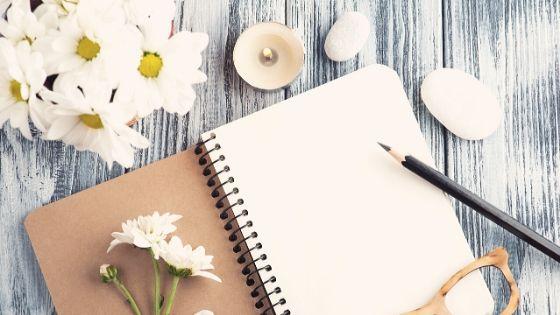 Tagebuch, Teelicht und Margeriten